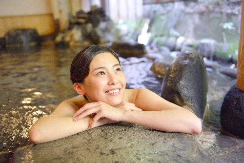 温泉水で肌の保湿 玉造温泉 美肌の湯